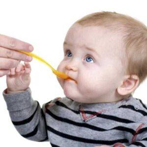 baby eating food 300x300 - تفاوت بین شیر خشک و غذای کمکی (سرلاک)